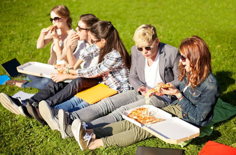 Moksleiviai valgo pietus