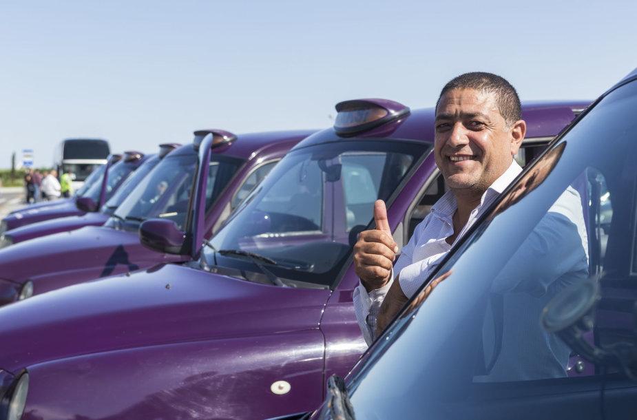 Vietiniai taksistai laukia klientų Baku
