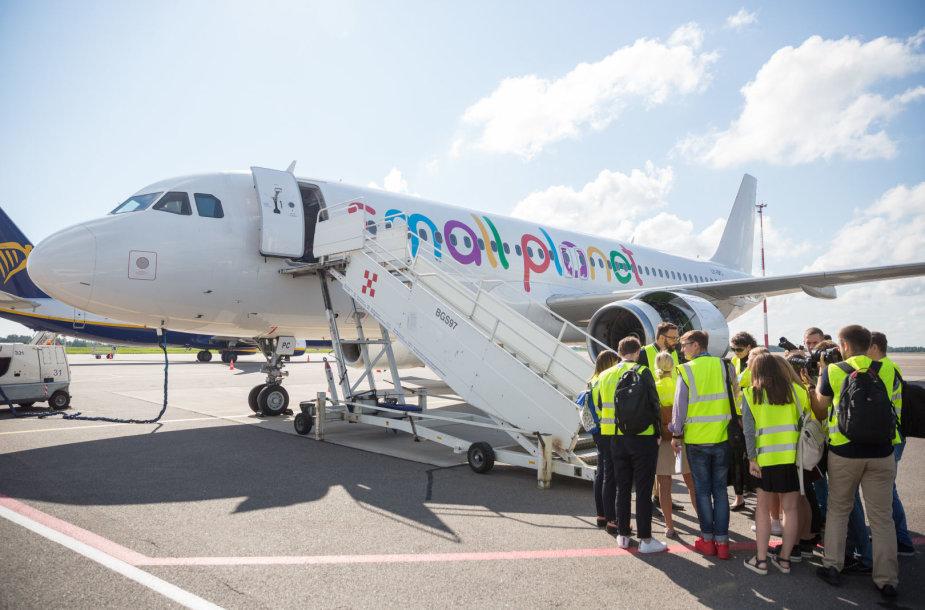 """""""Small Planet Airines"""" atstovai aprodė įmonės lėktuvą"""