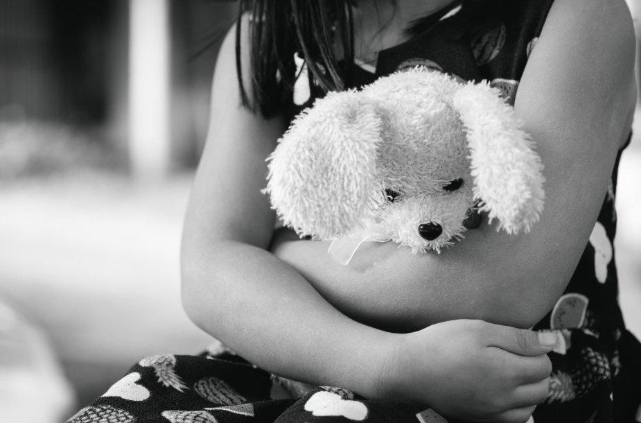 Mergaitė su žaislu
