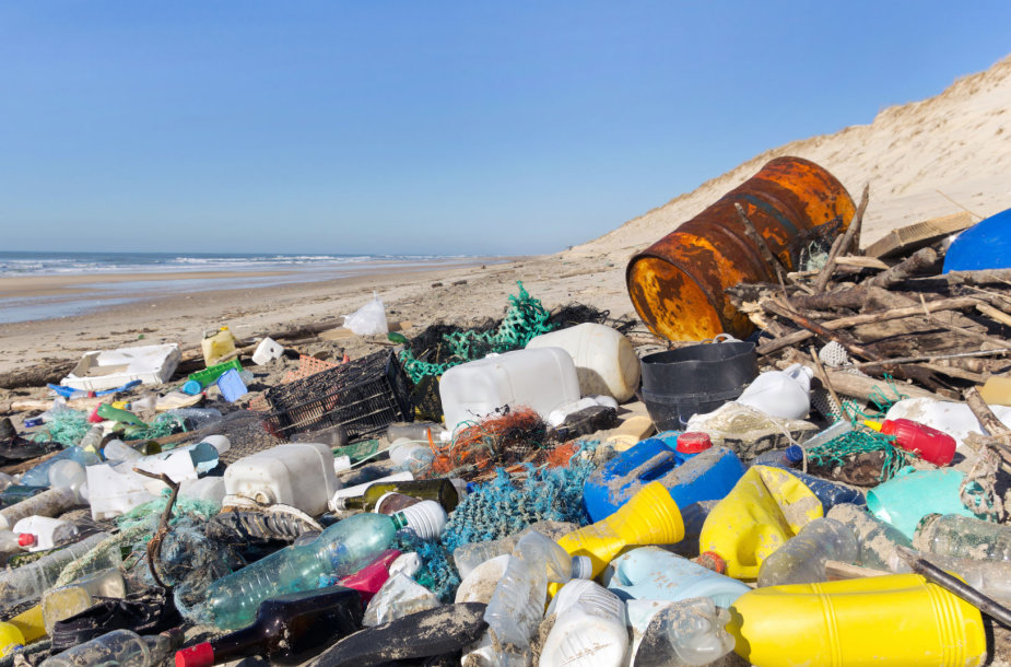 Plastiko šiukšlės paplūdimyje