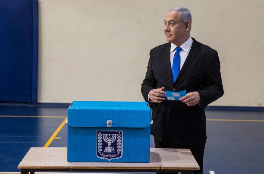 Benjaminas Netanyahu balsuoja rinkimuose