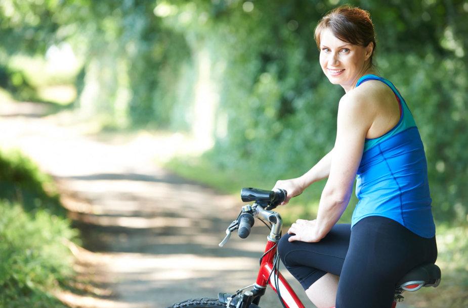Moteris mina dviratį