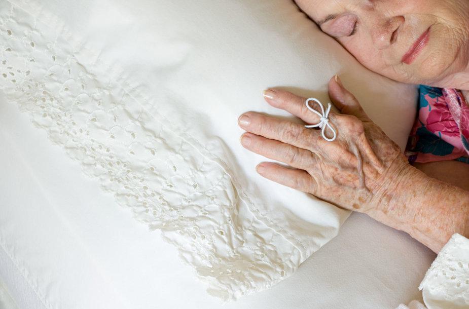 Alzheimeriu serganti moteris