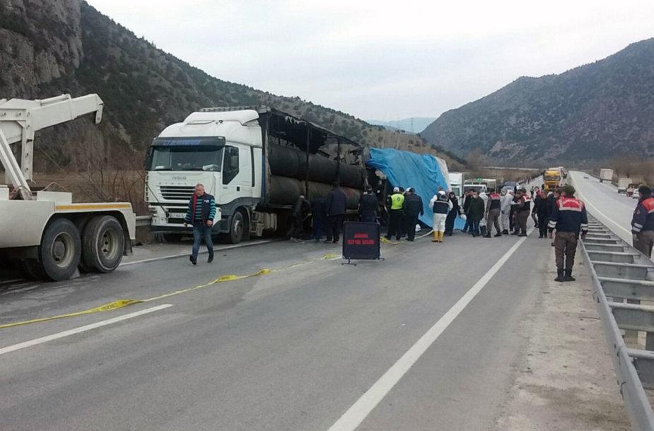 Turkijoje susidūrus autobusui ir sunkvežimiui žuvo mažiausiai 13 žmonių