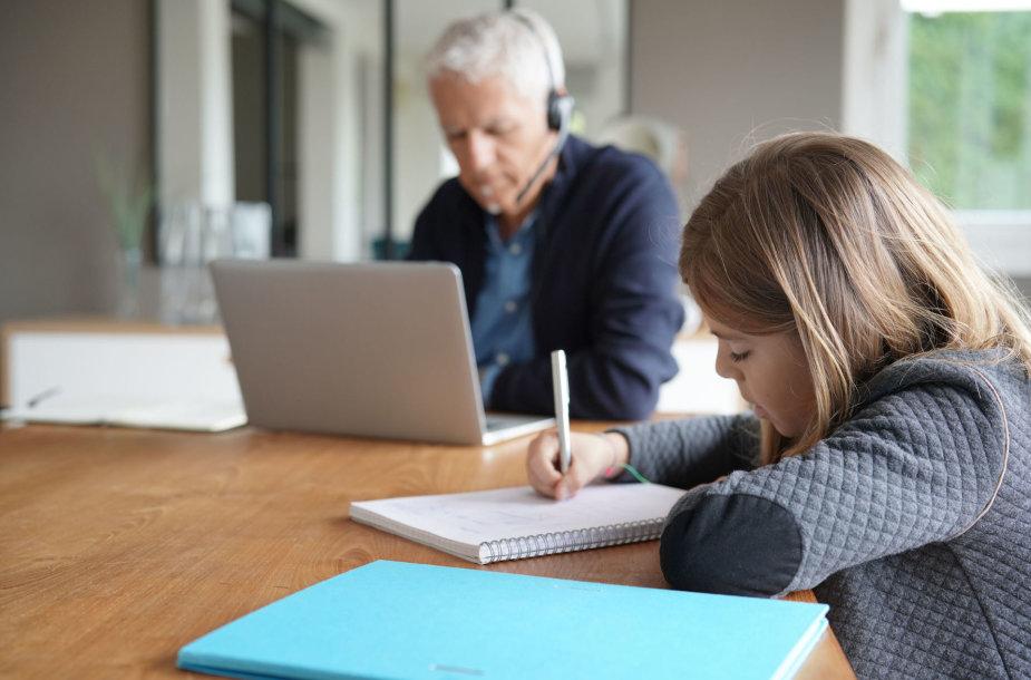 Karantino metu namuose ne tik mokosi vaikai, bet ir dirba suaugusieji
