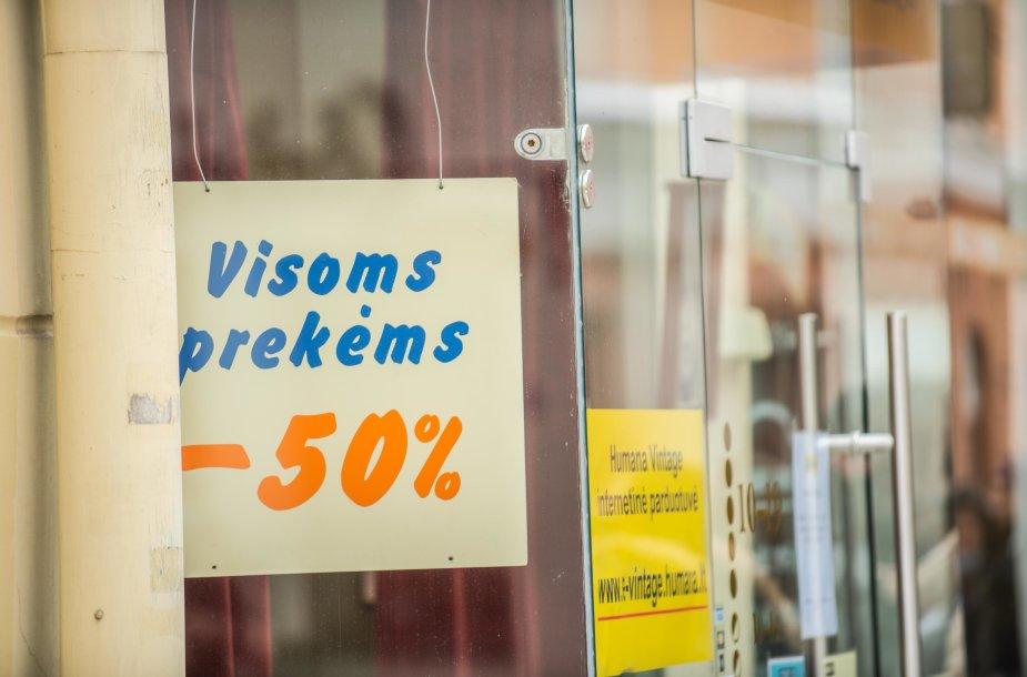 """Vilniuje prie vėl atsidariusios parduotuvės """"Humana"""" rikiuojasi eilės"""