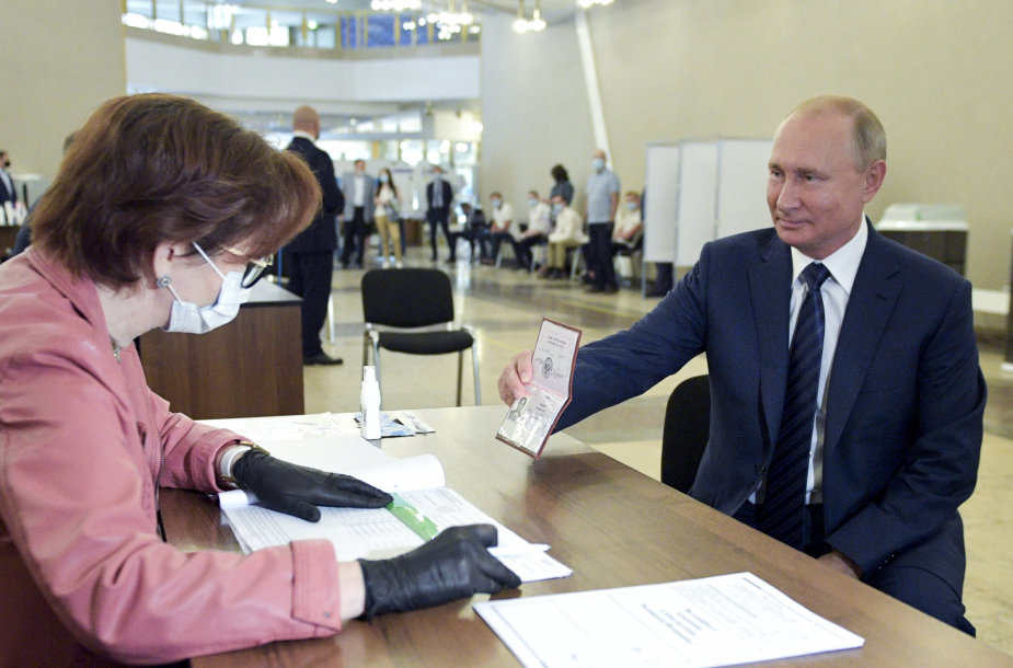 V.Putinas balsavo referendume