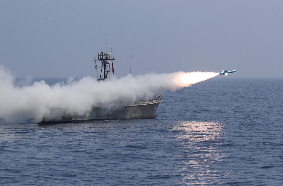Iranas per karines pratybas paleido sparnuotųjų raketų