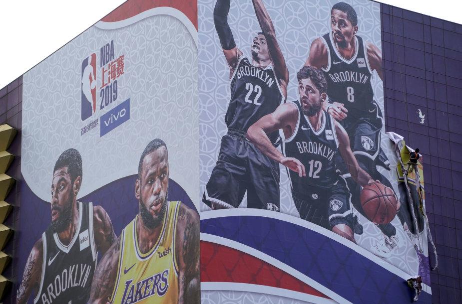 Kinijoje nukabinamas NBA rungtynes reklamuojantis plakatas