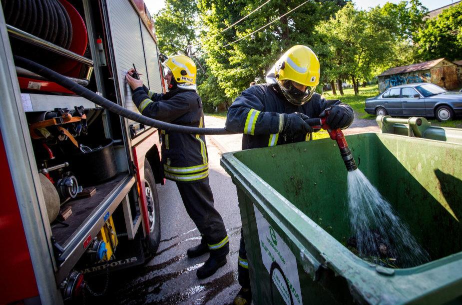 Ugniagesiai gesina šiukšlių konteinerį