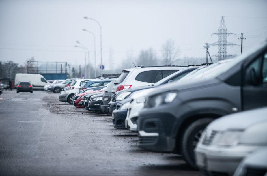 Sausakimšos automobilių stovėjimo aikštelės prie prekybos centrų Vilniuje
