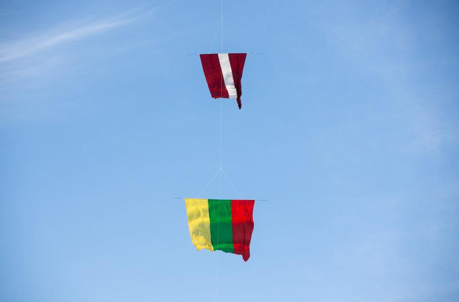"""""""Baltijos kelio"""" 30-mečio minėjimas Lietuvos ir Latvijos pasienyje"""