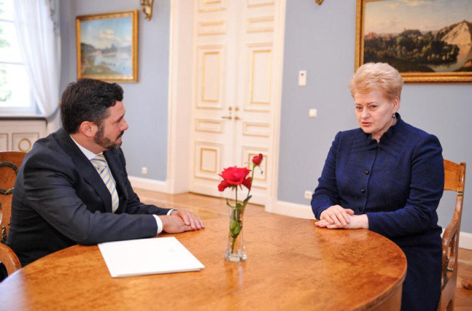 Dalia Grybauskaitė antradienį Vilniuje įteikusi skiriamuosius raštus naujajam Lietuvos ambasadoriui Baltarusijoje Andriui Pulokui.