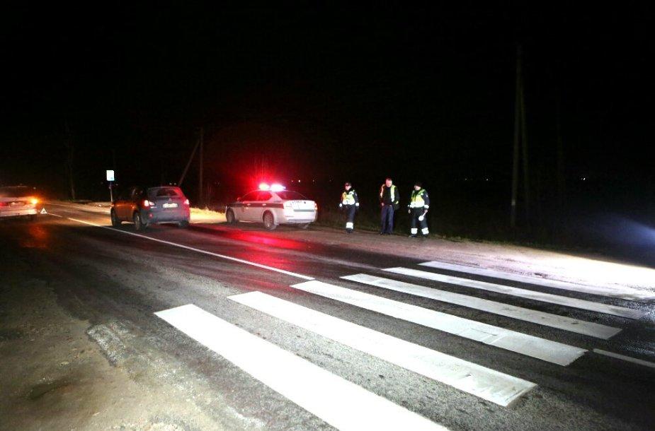 """""""Nissan"""" Klaipėdos rajone parbloškė moterį pėsčiųjų perėjoje 2014 m. gruodžio 14 d."""