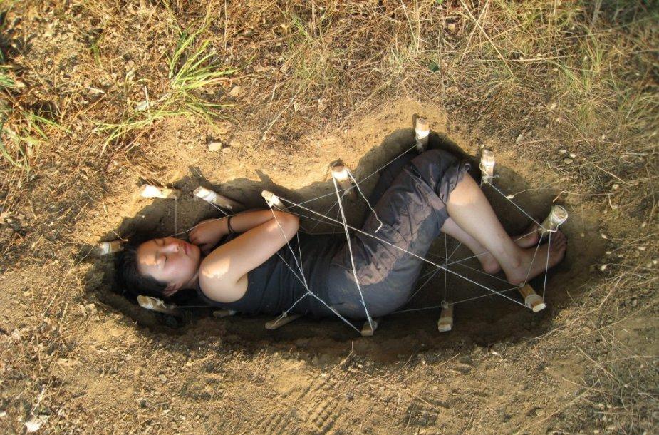 Jae Rhim Lee demonstruoja, kaip galima ekologiškai laidoti palaikus Lietuvos miškuose