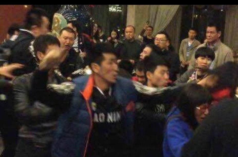 kinijoje-krepsininku-ir-sirgaliu-mustynes