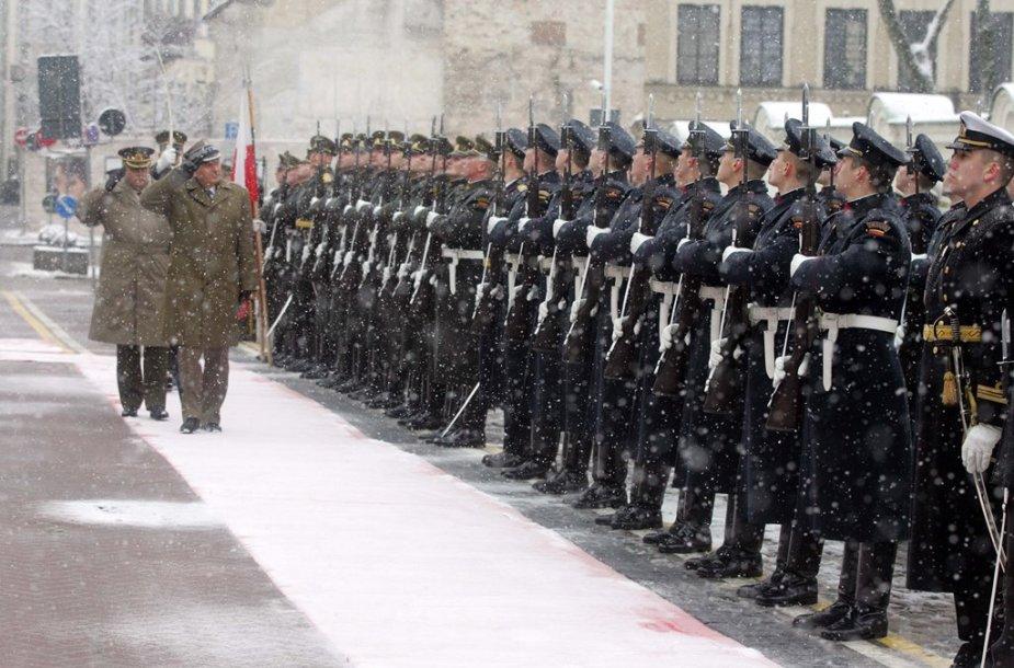 Lenkijos kariuomenės vadą, generolą M.Goculą pasitiko Lietuvos karių sargyba. G.Makismowicziaus nuotr.