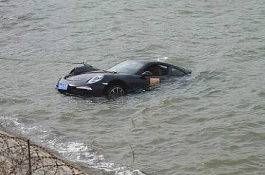 "Skęstantis ""Porsche 911"""
