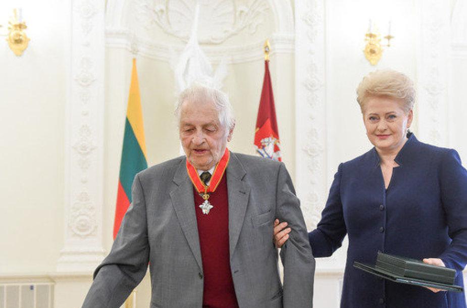 Prezidentūroje įteikti valstybės apdovanojimai.