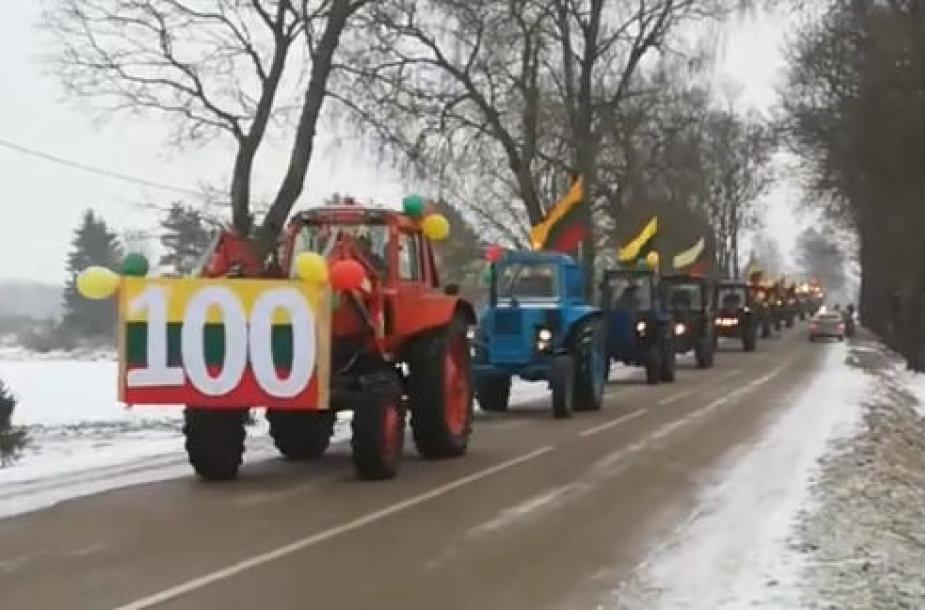Traktoriai Adakavo kaime Vasario 16-ąją