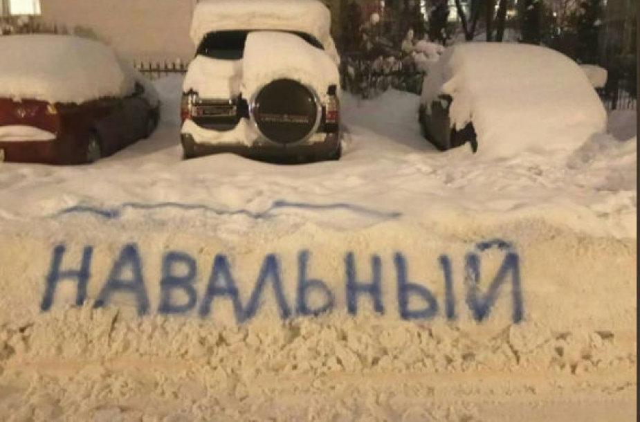 Sniego krūva išvalyta tik ant jos užrašius Aleksejaus Navalno pavardę