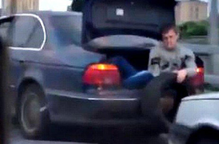 Rusiškas būdas stumti automobilį