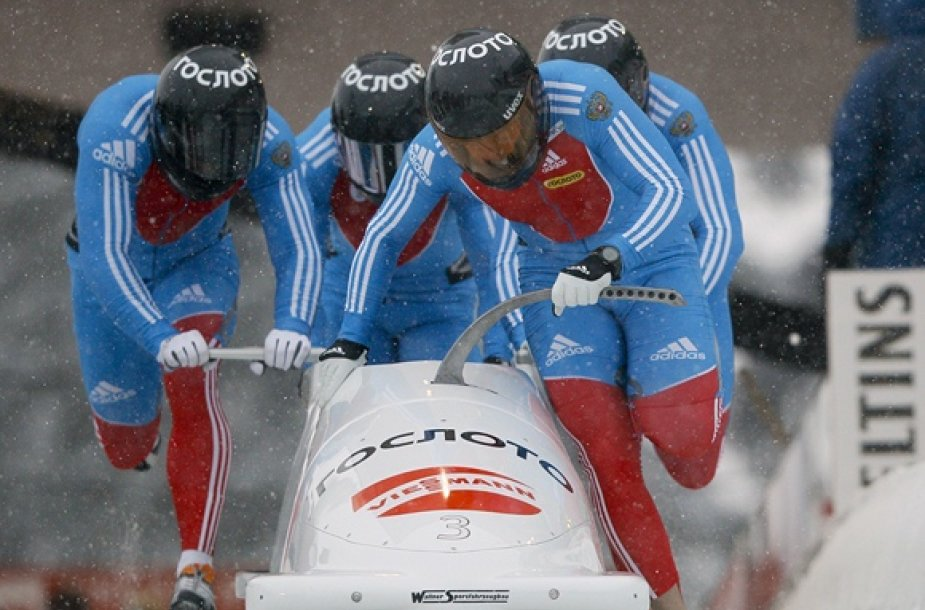 Rusijos sportininkai stumia ledroges