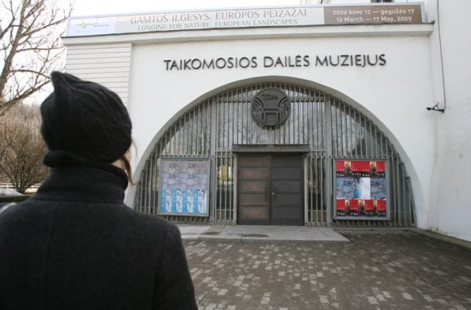 Norintieji valstybinės šventės proga aplankyti šalies muziejus trečiadienį atsirėmė į užrakintas duris.