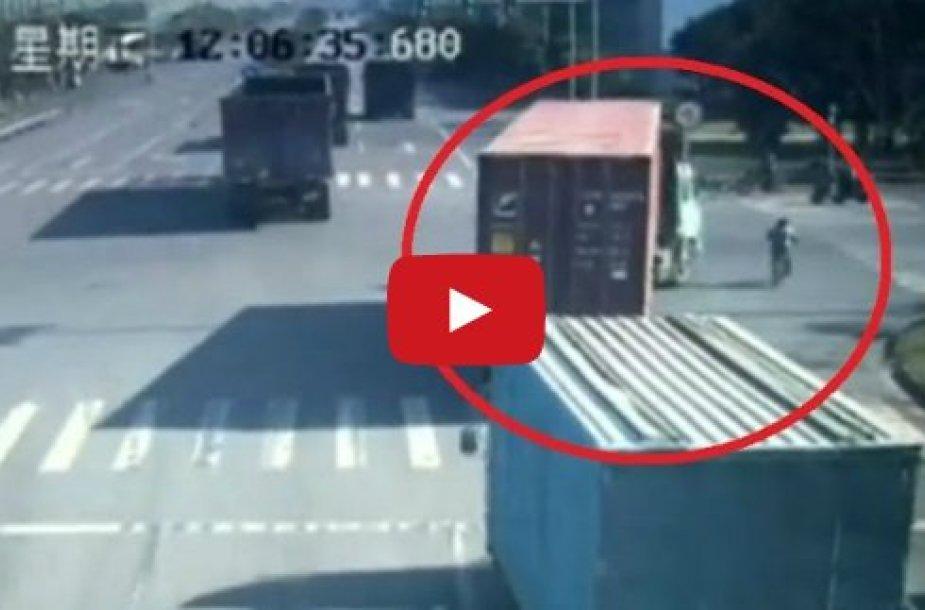 Parblokštas sunkvežimio ir po juo atsidūręs kinas išgyveno.