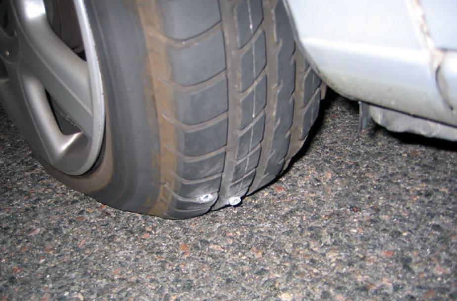 Asociatyvinė nuotrauka / Pradurta automobilio padanga