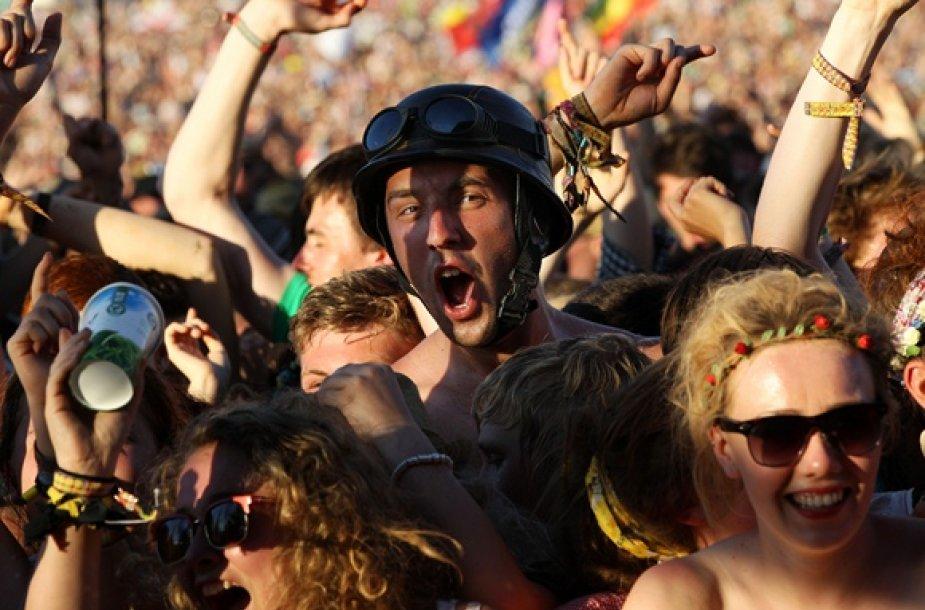 """""""Glastonbury"""" festivalio žiūrovų reakcija išgirdus """"Pendulum"""" grupės būgnus"""