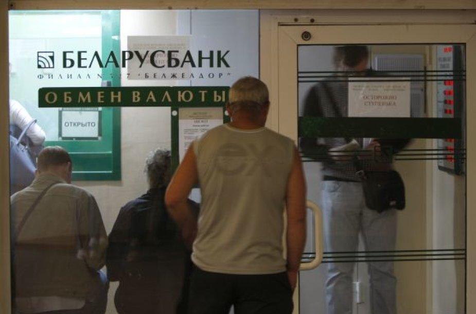 Baltarusiai tikisi iškeisti nuvertėjančius rublius į užsienio valiutą.