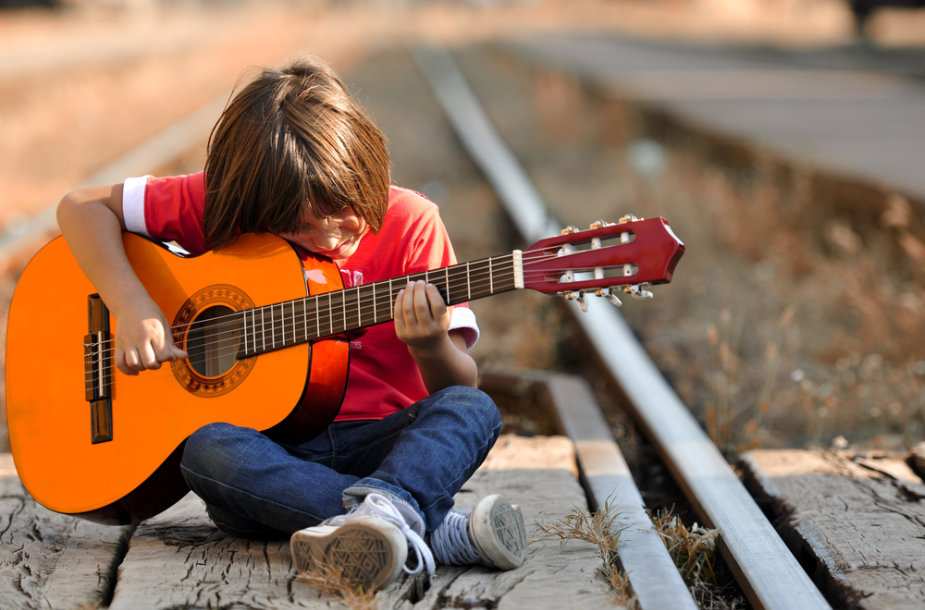 Berniukas, grojantis gitara