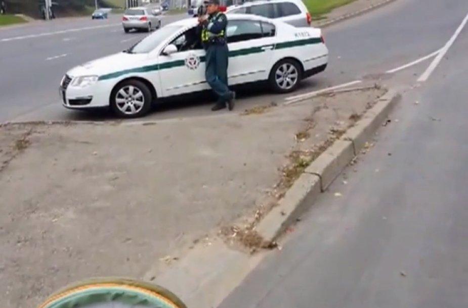 Kauno policija užtvėrė kelią motinai su vaiku vežimėlyje.
