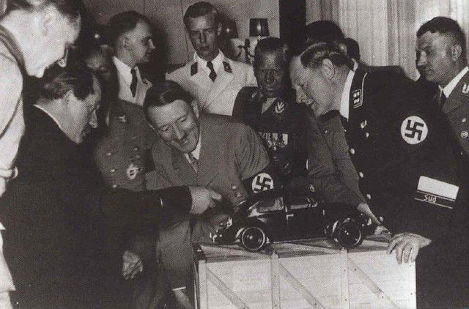 "Ferdinandas Porsche pristato Adolfui Hitleriui ""Volkswagen Kaefer""."