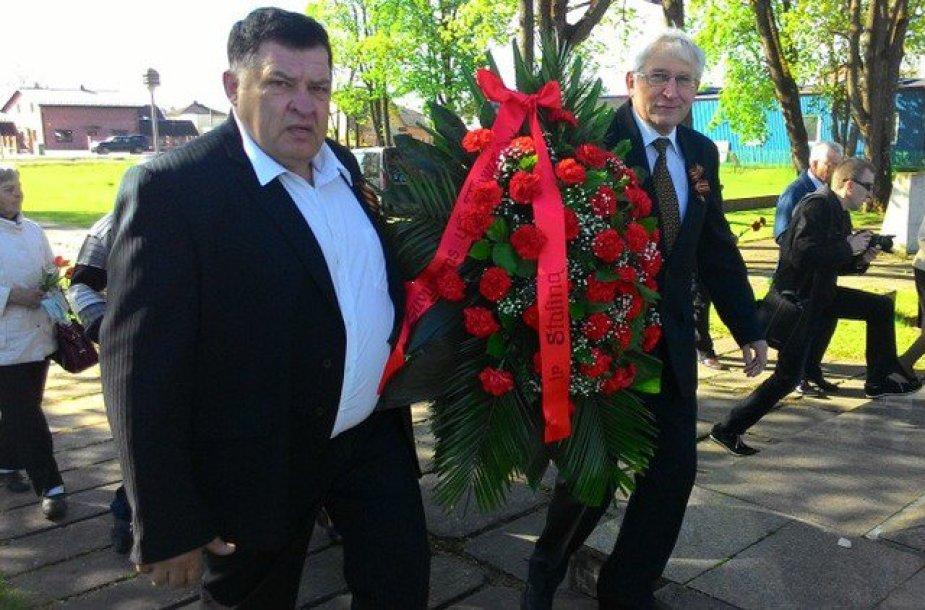 """Eugenijus Kriaučiūnas ir Petras Rakauskas atnešė vainiką, papuoštą raudonu kaspinu su užrašu: """"Žuvusiems už Tėvynę ir Staliną""""."""