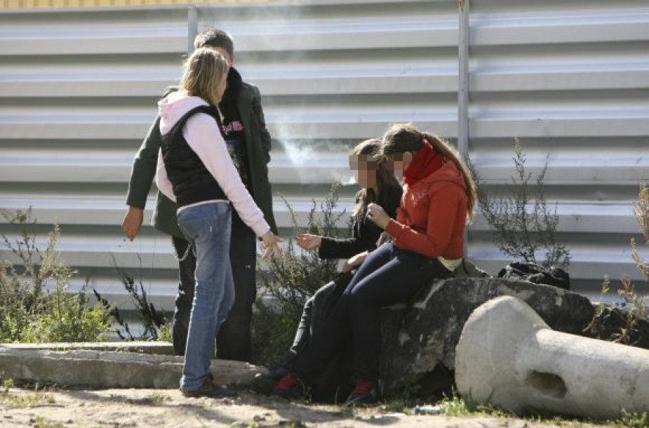 Nuo šiol viešai rūkantys paaugliai arba jų tėvai bus baudžiami.
