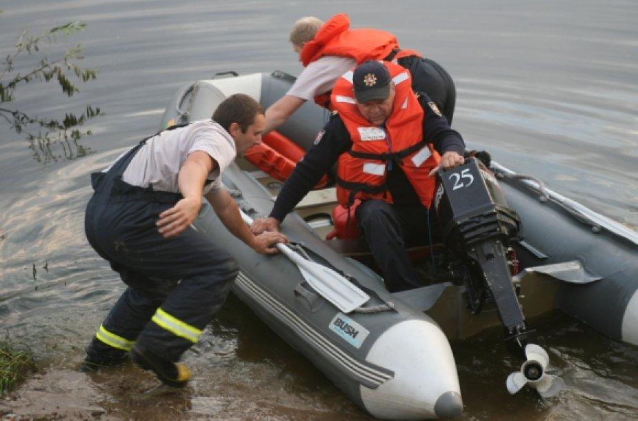 Gelbėtojai nelaimės vietoje dirbo iki tamsos.