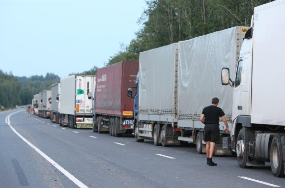 Vilkikų eilės abipus Latvijos-Rusijos pasienio driekiasi po 15 km.