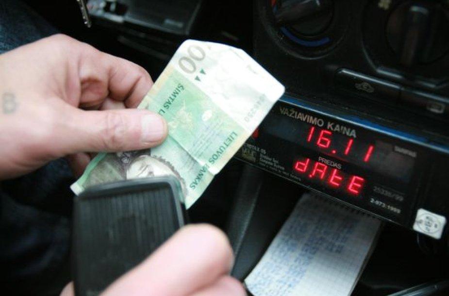 Įsidarbinti taksistu, pasirodo, nėra sudėtinga: vairuotojai visur laukiami.