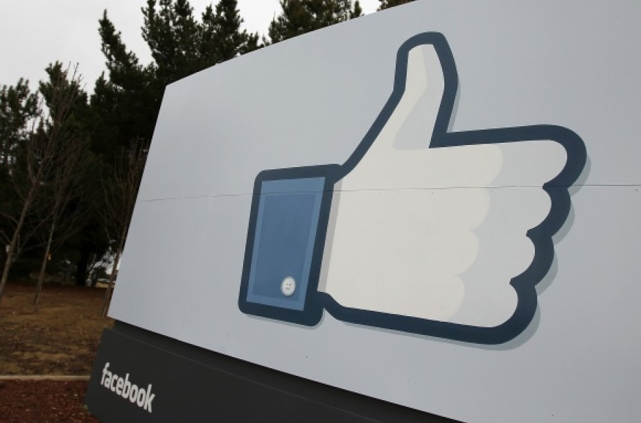 """""""Facebook"""" simboliu tapęs mygtukas """"Patinka""""."""