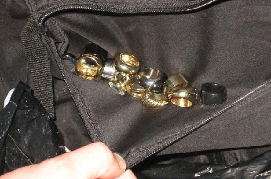 Pas tris lietuvius, įtariamus juvelyrinės parduotuvės apiplėšimu Suomijoje, rastas grobis.