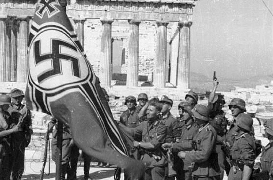Nacistinės Vokietijos kariai Atėnų Akropolio fone (1941 m.). Graikija dabar kaltina Vokietiją, kad ši nesumokėjo kompensacijos už Antrojo pasaulinio karo metais padarytus nuostolius.