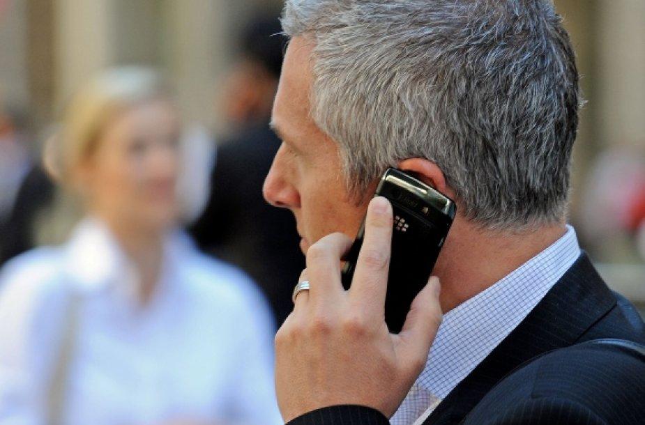 "Verslininkas šneka ""Blackberry"" telefonu"