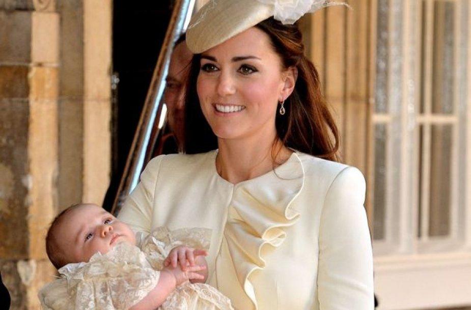 Kembridžo hercogienė Catherine su sūnumi George'u per jo krikštynas