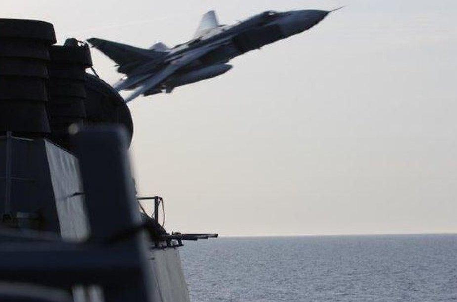 """Rusijos naikintuvas prie """"USS Donald Cook"""""""