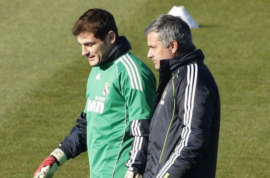 """Ikeras Casillasas ir Jose Mourinho atstovauja """"Real"""" klubui."""