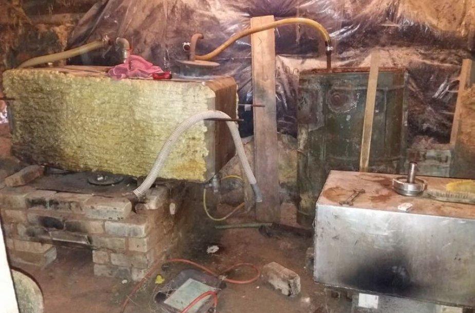 """Policija """"naminukės"""" gamybos procesą rado kiaulių ir musių """"kompanijoje"""""""