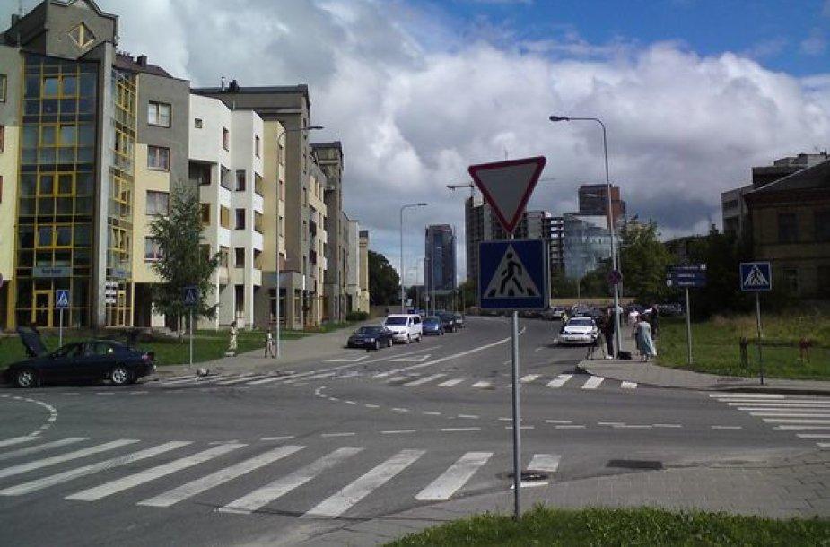 Mėlynasis Peugeot atvažiavo iš čia, jo vairuotojas nepastebėjo apie šalutinį kelią įspėjančio ženklo.